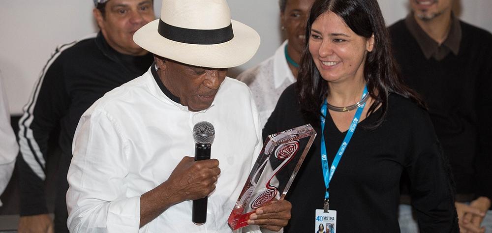 Música e aplausos marcam cerimônia de entrega do Prêmio Leon Cakoff a Antonio Pitanga